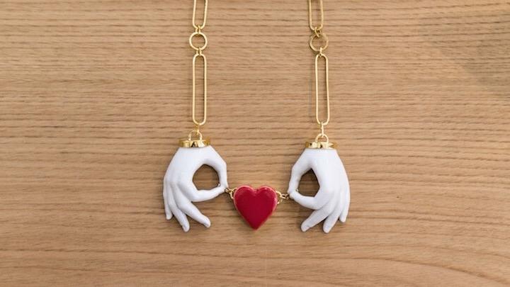 andres-gallardo colgante de porcelana manos y corazon