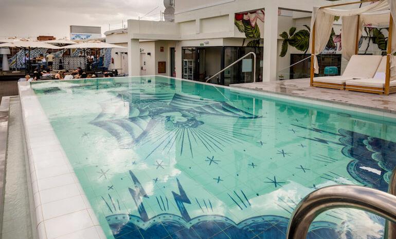Terraza Con Piscina En El Hotel Nyx En Cuatro Caminos