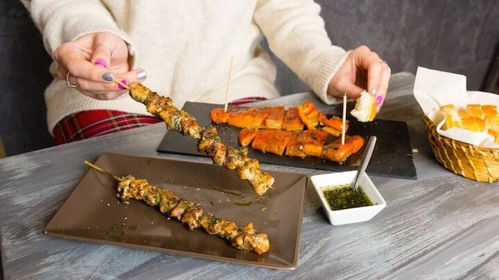 SHAO ASIAN GRILL pinchos marinados y carnes a la brasa