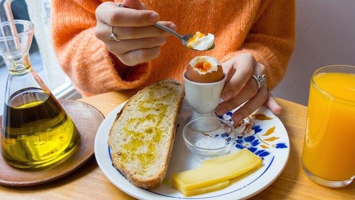 HERMANAS ARCE desayunos completos en un espacio minimalista