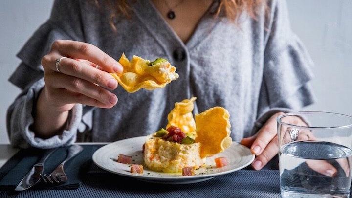 LA MAMA Restaurante Ensaladilla Rusa con crema de guisantes, atún rojo, su mojama y sus palomas