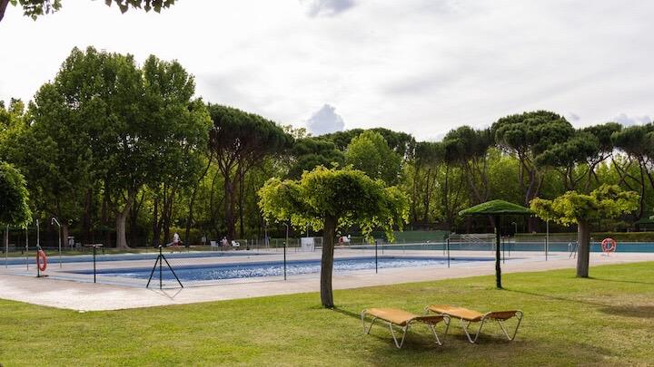 SOMONTES Club Deportivo El Pardo Hamacas en piscina