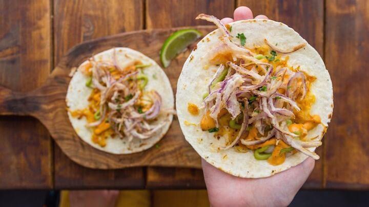 LA DIAVLA Tacos Gober, con taco de trigo, costra de queso, langostinos a la plancha y cebolla tempurizada