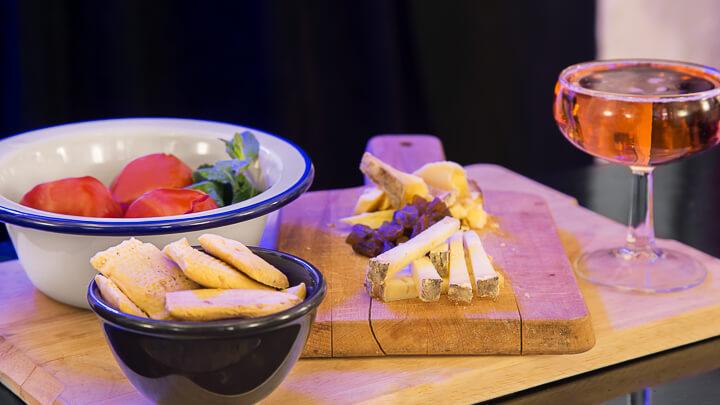 SIGUEME SIGUEME tabla de quesos españoles y tomates encurtidos y cava