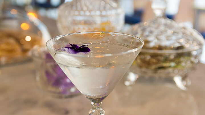 SANTERRA NEOTABERNA cóctel La violetera con gin, pino, violetas y orquídeas