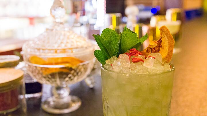 CIRIACO BROWN Mai Tai con ron blanco, ron dorado, Cointreau, sirope de almendra y de violeta, zumo de lima y zumo de piña