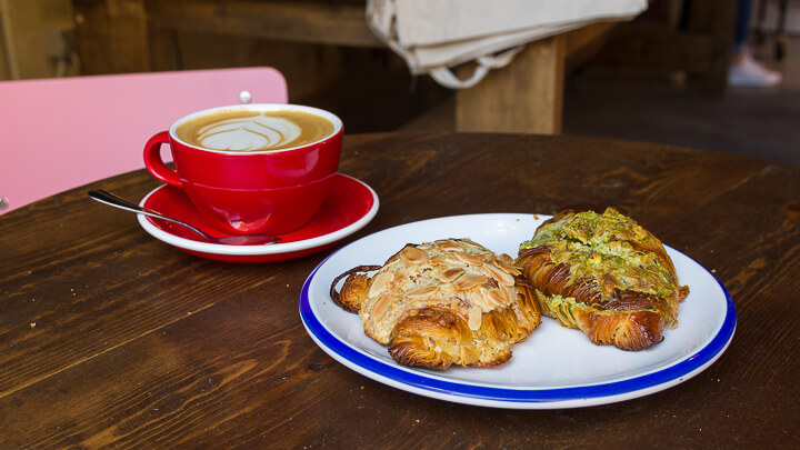 PUM PUM BAKERY Croissant Pistachio Matcha y Praline Almendras