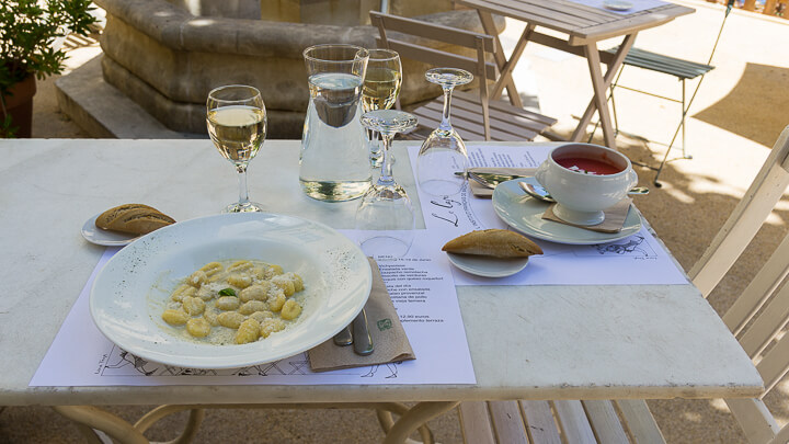 TERRAZA INSTITUTO FRANCÉS ñoquis con queso roquefort y gazpacho remolacha panoramica