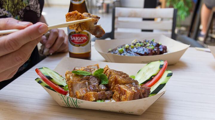 YATAI MARKET Lechón Kawali, panceta de cerdo crujiente frita en wok y salsa agridulce