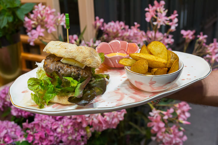 BLOOM Salvador Bachiller Hamburguesa Gourmet, con carne Wagyu, queso y cebolla caramelizada