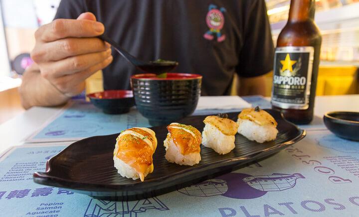RUNNING SUSHI IN OSAKA nigiris recién hechos de atún, vieira o foie flambeados