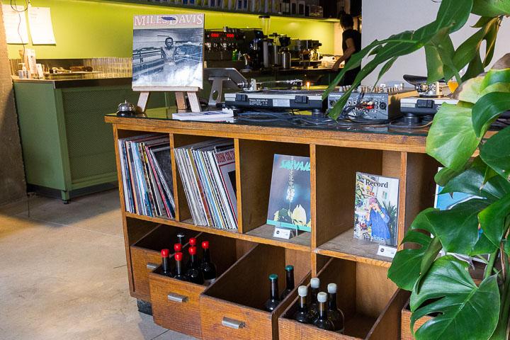 PROPERSOUND CAFE vinos y una cuidada selección de música