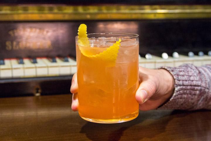 CARACORTADA Cocktail Bar en Huertas en el barrio de Las Letras