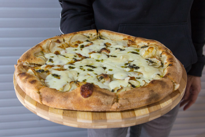 PANDOME Pizza Blanquilla con Pera, mozzarella, queso gorgonzola y aceite de salvia del huerto