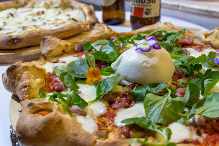 PANDOME Pizza Criolla con Tomate, copos de mozzarella, chorizo criollo, semillas de eneldo y berros
